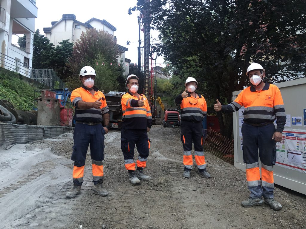 4 trabajdores de Rodio Kronsa usando las medidas de seguridad